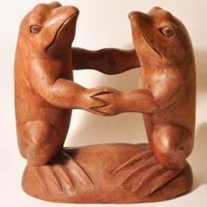 деревянная статуэтка лягушек