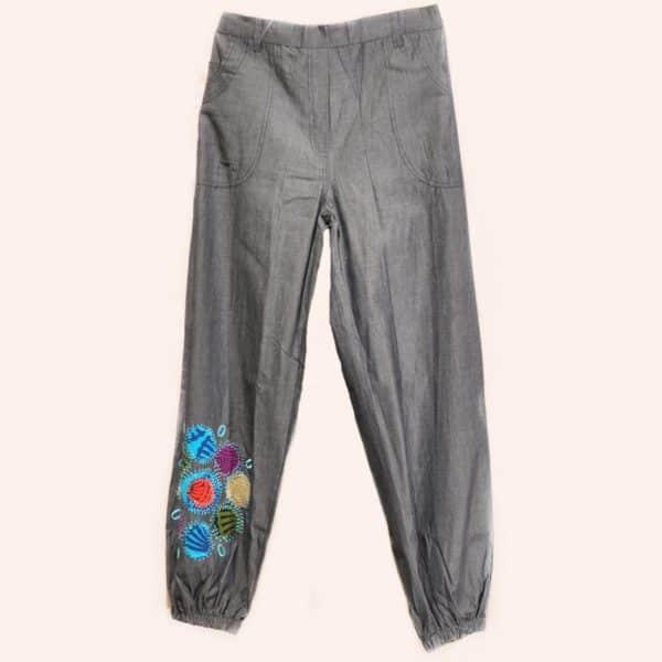 Серые брюки с аппликацией