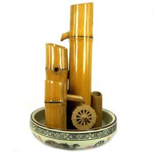 Фонтан из бамбука с мельничным колесом
