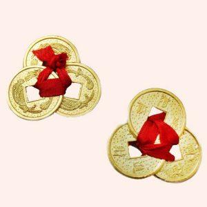 Три китайские монеты связанные