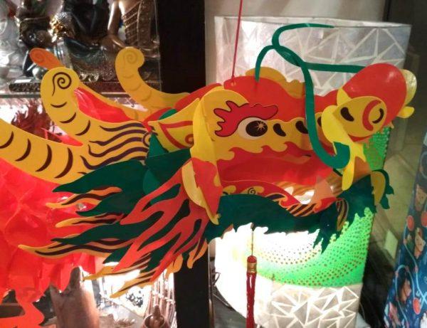 Голова бумажного дракона в интерьере
