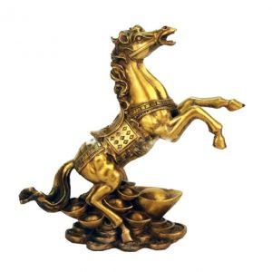 Лошадь на золотых слитках