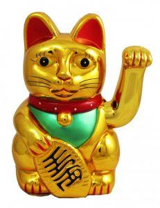 Кот удачи машет лапой